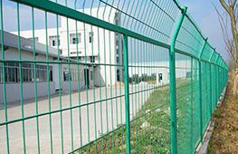 监狱的总平面布置关于防攀爬金属隔离网的建设要求